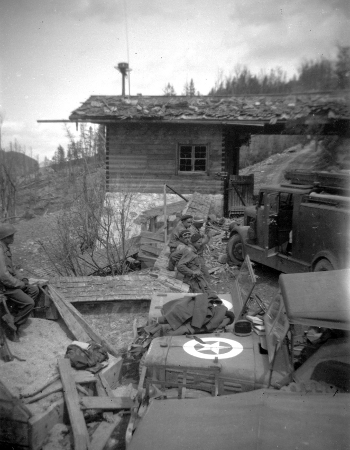 Iéna 2 crew by the SS Guardhouse to Berghof