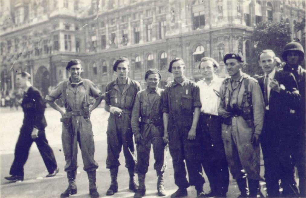 Le 25 aoùt 1944, L'Hôtel de Ville. De gauche à droite, Gaston Eve, Marc Casanova (blessé), Étienne Florkowski, Paul Lhopital, Louis Michard (102kb)